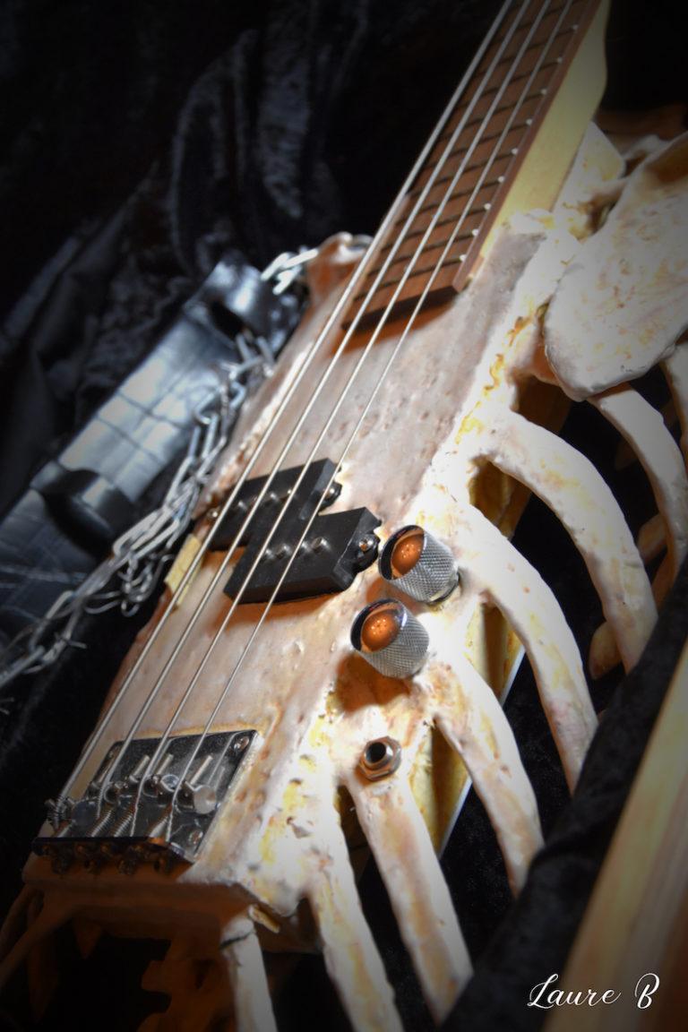 guitare squelette domaine Anubis zoom