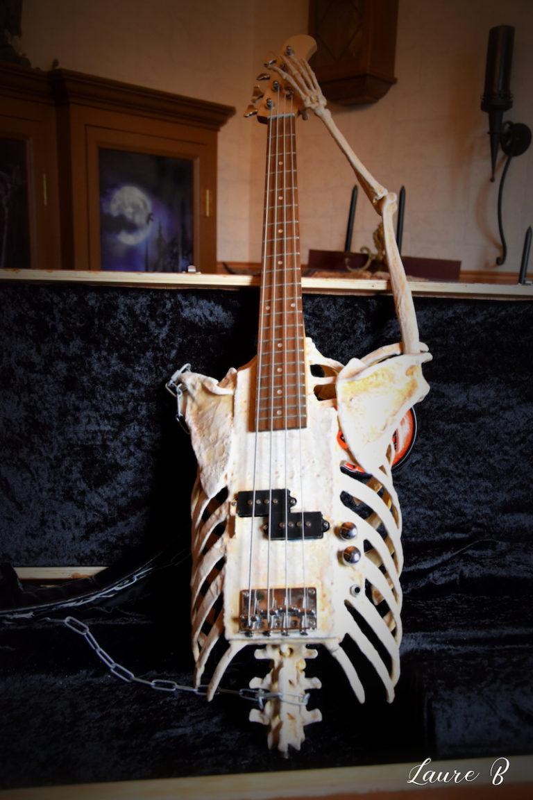 guitare squelette domaine Anubis verticale