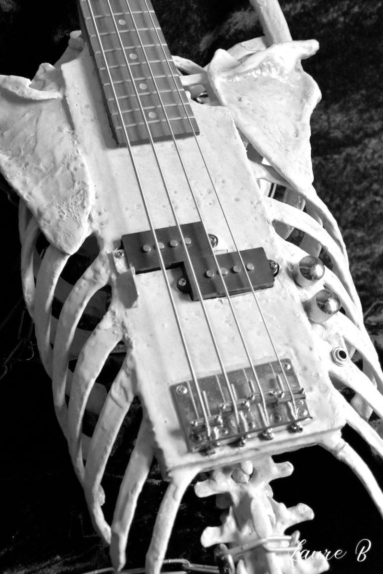 guitare squelette domaine Anubis noir et blanc