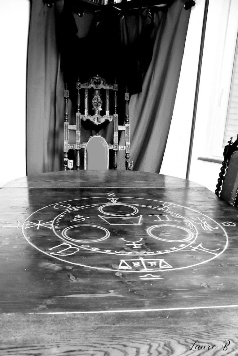 domaine Anubis table gravure noir et blanc