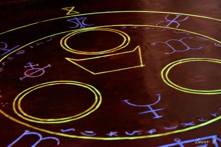 domaine Anubis table gravure zoom lumière