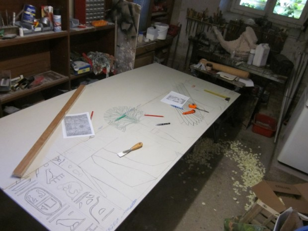 le dessin est reproduit au feutre sur les plaques pour préparer la gravure.